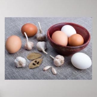 Poster Ovos e alho e especiarias crus na cozinha