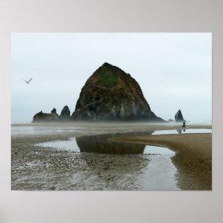 Pôster Reflexão da rocha do monte de feno, praia do
