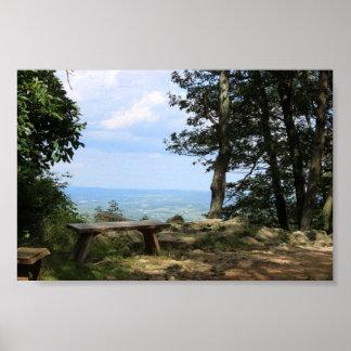 Pôster Um banco com uma vista da montanha do falcão