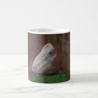 Potro de Clydesdale no lado da sua mãe Caneca De Café