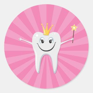 Pouca fada de dente em um fundo cor-de-rosa do adesivos em formato redondos