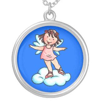 Pouco anjo cor-de-rosa do balé em uma nuvem colar com pendente redondo