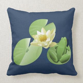 Pouco sapo verde que senta-se em uma almofada de
