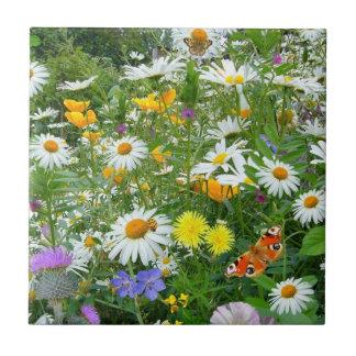 Prado bonito do Wildflower e da borboleta Azulejo De Cerâmica