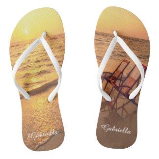 Praia com as cadeiras em chinelos personalizados