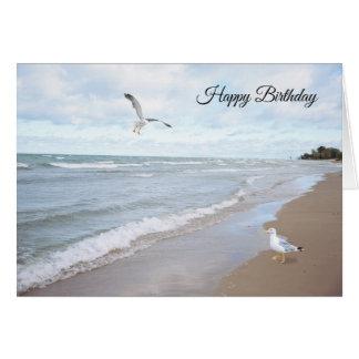 Praia com o cartão de aniversário das gaivotas