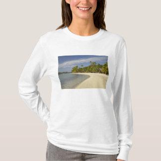 Praia e palmeiras, resort da ilha 2 da plantação camiseta