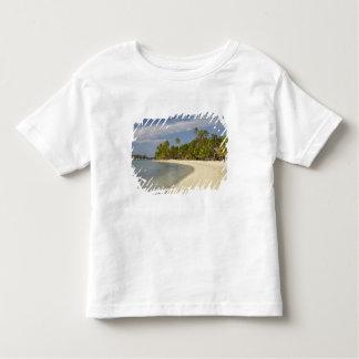 Praia e palmeiras, resort da ilha 2 da plantação t-shirt