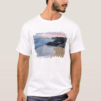 Praia secreta no alvorecer camiseta