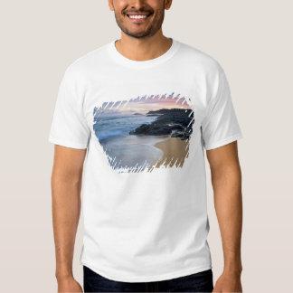 Praia secreta no alvorecer t-shirts