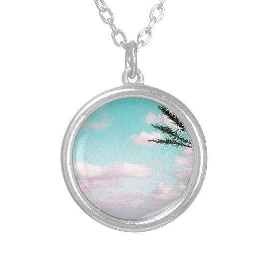 Praia tropical, vista para o mar, nuvens colar banhado a prata
