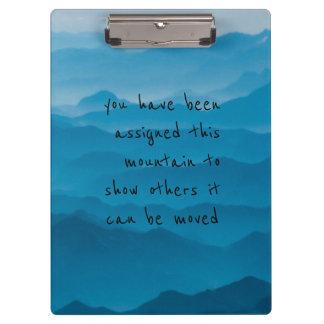 Pranchetas a paisagem azul da natureza da montanha cita a