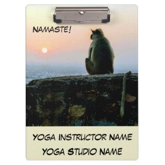 Pranchetas Macaco da ioga da meditação de Namaste em India no