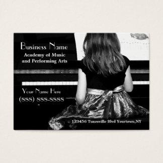 Praticando o piano no vestido bonito cartão de visitas