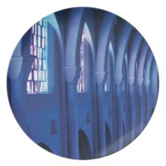 Prato a luz entra na igreja escura