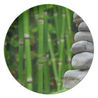Prato A monge da meditação do jardim do zen apedreja o