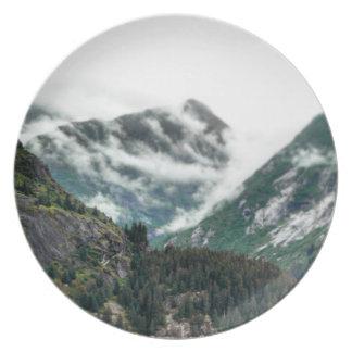 Prato A montanha nevoenta cobre a placa