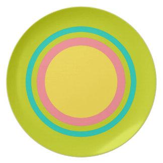 Prato Anéis tropicais do verão no verde limão