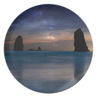 Prato As rochas das agulhas sob o céu nocturno estrelado