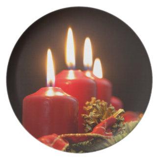 Prato As velas vermelhas de um advento envolvem-se com