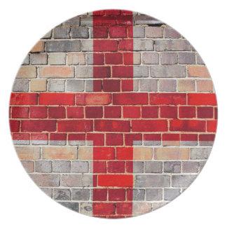 Prato Bandeira de Inglaterra em uma parede de tijolo