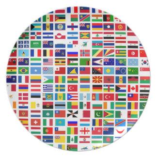 Prato bandeiras do mundo contra o branco