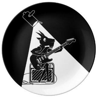 Prato Cabra preto e branco que joga a guitarra
