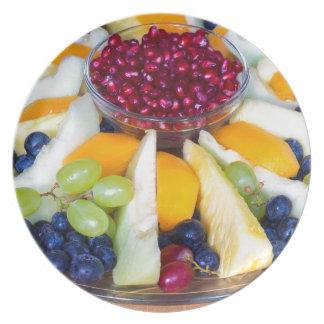 Prato Cheio de vidro da escala de várias frutas frescas