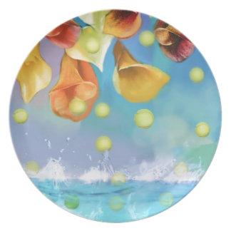Prato Chovendo bolas de tênis sobre o mar