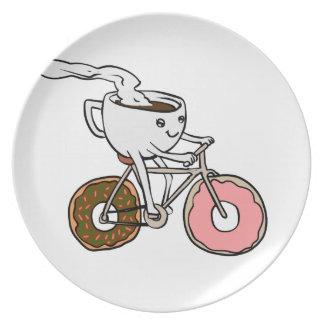 Prato Copo que monta uma bicicleta com rodas da