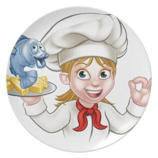 Prato Cozinheiro chefe da mulher do peixe com batatas