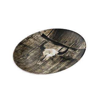Prato Crânio rústico do búfalo com chifres em um celeiro