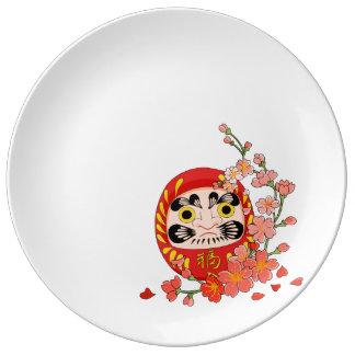 Prato Daruma afortunado japonês com flor de cerejeira