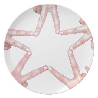 Prato De Festa As mãos das meninas que fazem a estrela dão forma