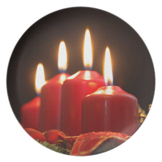 Prato De Festa As velas vermelhas de um advento envolvem-se com