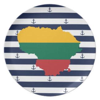 Prato De Festa Bandeira/mapa de Lithuania em fundo listrado