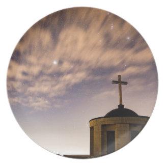 Prato De Festa céu estrelado, igreja e cruz