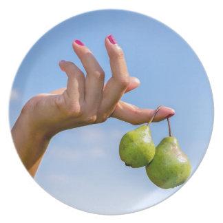 Prato De Festa Entregue guardarar duas peras verdes de suspensão
