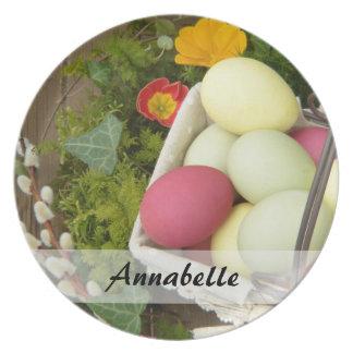 Prato De Festa Flores do primavera e cesta dos ovos da páscoa