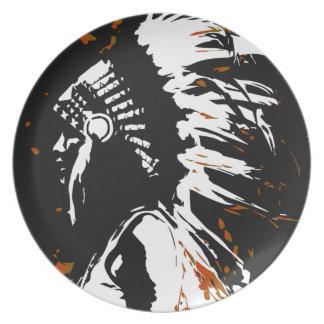 Prato De Festa Indiano do nativo americano dentro das chamas