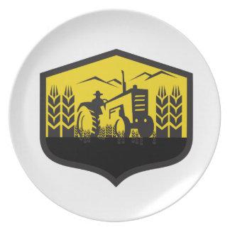 Prato De Festa Trator que colhe a crista da fazenda do trigo