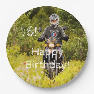 Prato De Papel 16o aniversário para um menino da ação com sua