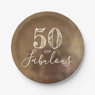 Prato De Papel 50 e fabuloso. Aniversário. Fundo cremoso do ouro