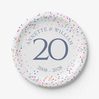 Prato De Papel Alguns confetes do arco-íris do aniversário
