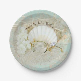 Prato De Papel alianças de casamento e seashells na areia com