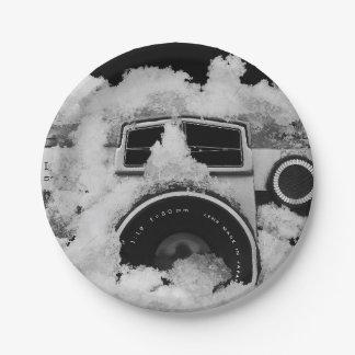 Prato De Papel Câmera preto e branco coberto de neve do vintage