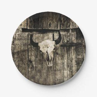 Prato De Papel Crânio rústico do búfalo com chifres em um celeiro