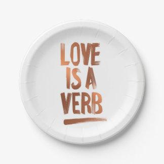 Prato De Papel O amor é placas de papel de um cobre do verbo