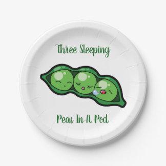 Prato De Papel Três ervilhas do sono em um vagem