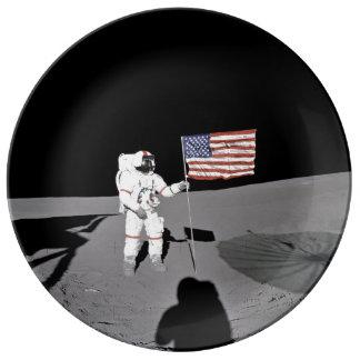 Prato De Porcelana O astronauta está pela bandeira dos E.U. na lua